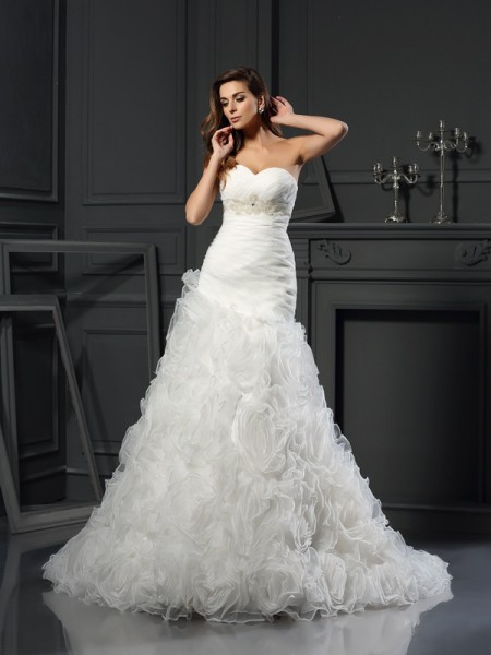 A-Line/Princess Organza Beading Sweetheart Sleeveless Chapel Train Wedding Dresses